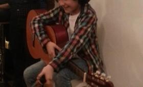 Mario, el pequeño cantautor-poeta